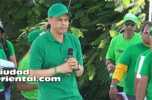 Ricardo Nieves durante su discurso al cierre de la marcha verde del sur, en Azua.