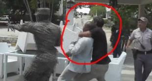 El periodista Tomás Ventura es agarrado por el cuello y arrastrado por un hombre en presencia de la Policía