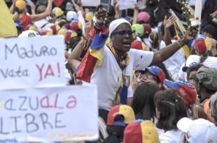 Derechistas venezolanas desilan por la scalles de Caracas