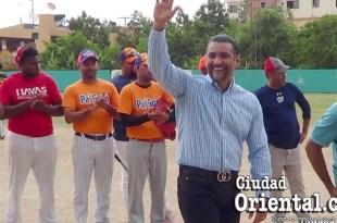 Luis Alberto saluda a los deportista sen el Club de Los Billeteros