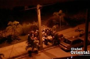 Alborotadores de madrugada en una de las calles de la Ciudad Juan Bosc, en SDE
