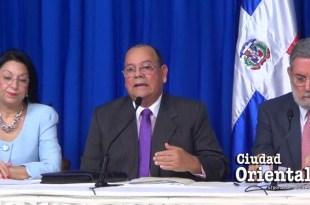 Carlos Segura Foster, (centro)