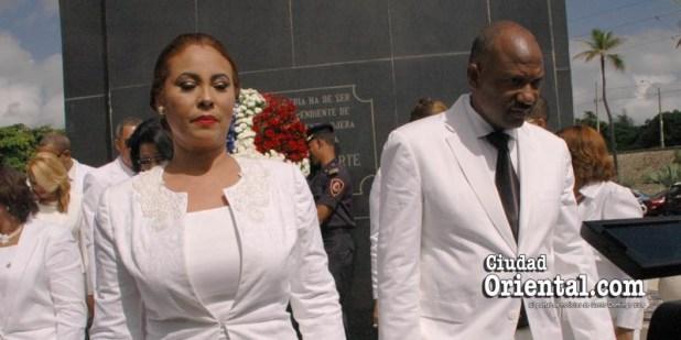 El alcalde junto a su bella y elegate esposa en una foto del día de la toma de posesión, 16 de agosto 2016