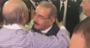 Hipólito Mejía y Danilo Medina se abrazan