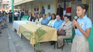 Photo of Vice Alcaldesa Jacinta Estevez lleva útiles escolares a estudiantes de bajos recursos
