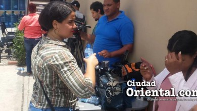 Photo of El sacerdote gay es esperado por una batería de periodistas