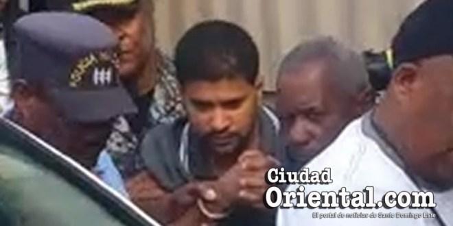 El sacerdote gay imputado de asesinato es llevado esposado a prisión