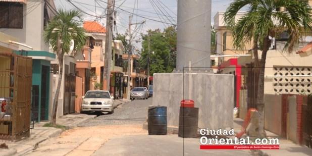 Una de las torres del teleférico de Santo Domingo levantada en medio de la calle, en Los Tres Brazos