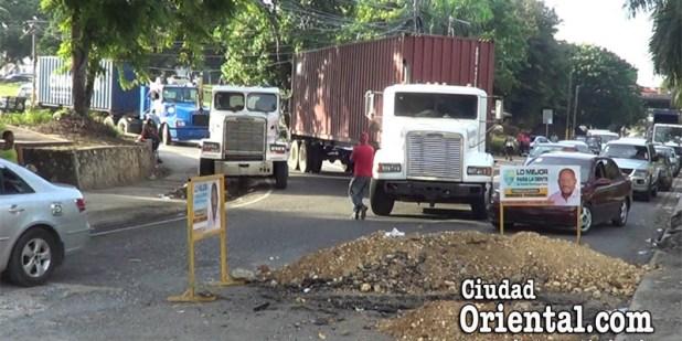 Otro camión trepa sobre la acera en avenida España de SDE