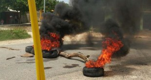 """Neumáticos arden en medio de """"La Subía"""" de Brisas del Este"""