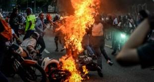 Escena de acciones violentas patrocinadas por la MUD en Venezuela (Foto de Misionverdad.com)