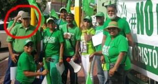 El Bello, en el circulo rojo, poco antes de ser atropellado junto a un grupo de activistas verdes