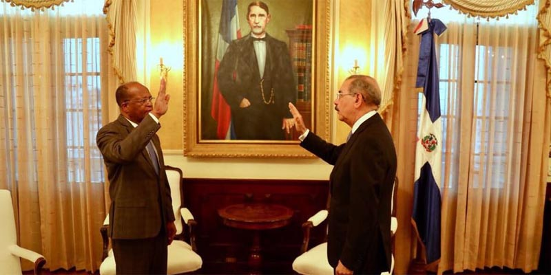 """""""Friendo y comiendo"""": Danilo Medina juramenta al nuevo Director de la OMSA"""