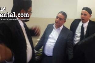 El ex alcalde Rodríguez Grullón, rodeado de abogados