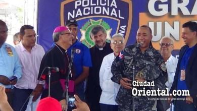 """Photo of El General Minaya Herrera se da """"baño de pueblo"""" en Los Mina"""