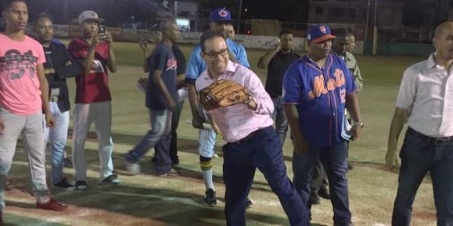 Amado Díaz lanza la primera bola del torneo