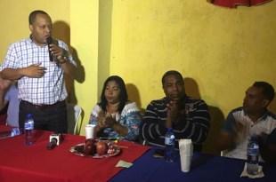 Felito Rodríguez se dirige a los participantes en el encuentro navideño