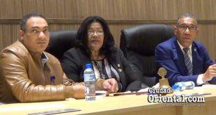 Desde la izquierda, Pacual Disla, Cintralor Municipal; Ana tejeda, Presidente del Concejo; y Elías Cuevas, vocero del bloque del PLD, durante la sesión del 19 de enero de 2018