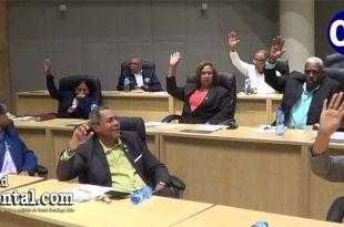 La escena muestra a los cuatro regidores del PRM votando, mientras se abstienen uno del PDC, el regidor del BIS y el peledeísta Danilo Mesa