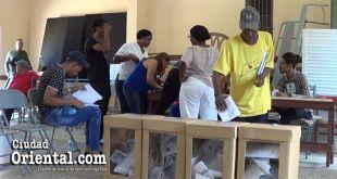 Un miembro del PRM ejerce su derecho al sufragio en un colegio electoral
