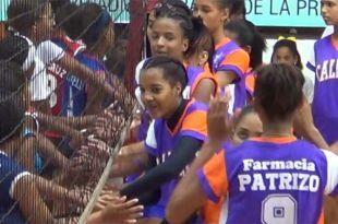 Atletas de los equipos de Los Mameyes y Calero se saludan tras el triunfo de estas últimas