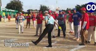 El diputado Amado Díaz, lanza la primera bola en el Torneo Intramuros