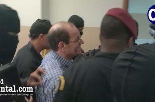 Winston Rizik, rodeado de custodios.
