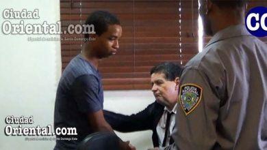 Wander Taveras Arazena, saludado por un abogado, luego de la sentencia.
