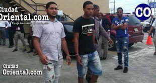Los dos acusados al momento de ser llevados ante un juez.