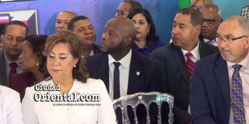 Vea el inquietante comportamiento de este funcionario cuando Alfredo Martínez daba su discurso + Vídeo