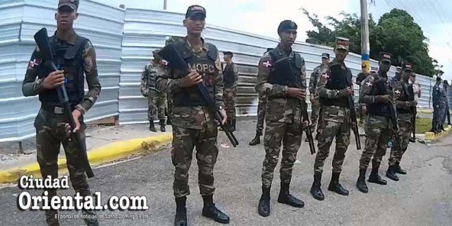 Militares en el perímetro del estacionamiento del Parque del Este