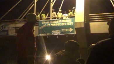 Photo of A las 3:00 AM los verdes instalaron este cartel en el peatonal frente a Los Tres Ojos