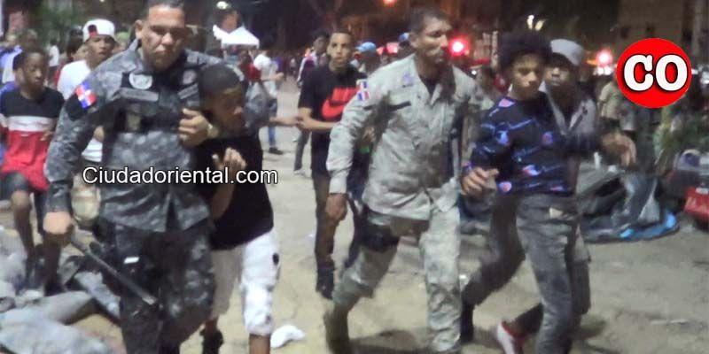 Caos, disparos al aire, golpes y apresados después del Carnaval de SDE en Invivienda + Video