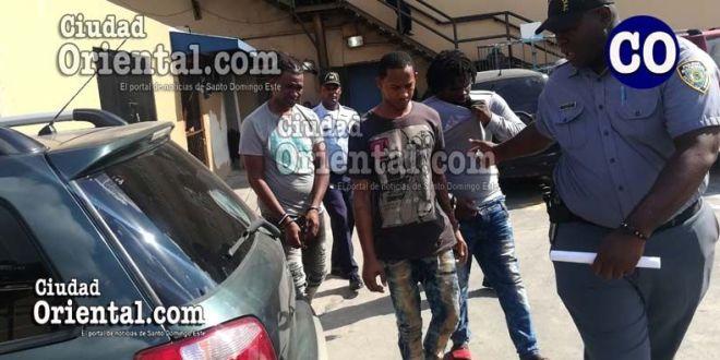 Los tres acusados llevados al tribunal.