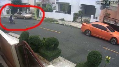Uno de los atracadores, marcado en rojo, dispara contra uno de los militares escondido detrás de un automóvil