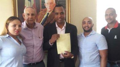 Photo of Carlos Jiménez inscribe pre candidatura a regidor por el PLD en SDE