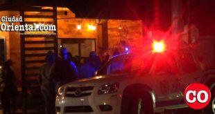 Una patrulla policial en la intersección de las calles Masonería y Presidente Vásquez, próximo al lugar donde david Ortíz y su amigo resultaron heridos por un pistolero.