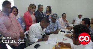 Bolivar Valera, El Boli, firma su acta de inscripción como pre candidato a diputado
