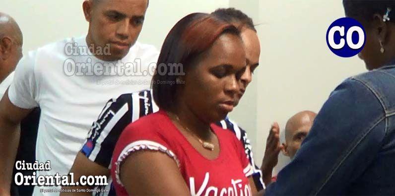 La condenada puesta en custodia, detrás los dos imputados favorecidos con absolución.
