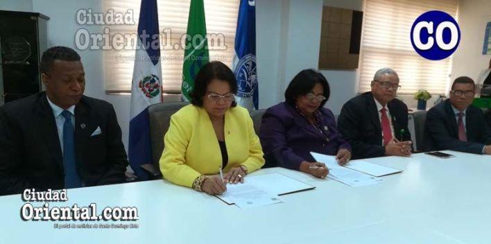 La doctora Mercedes Rodríguez Silver, directora ejecutiva de SeNaSa, y la doctora Emma Polanco, durante la firma del convenio.