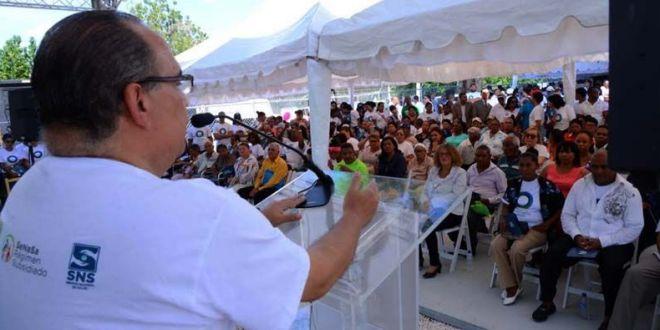"""Jefrey Lizardo, gerente de Servicios de Salud de SeNaSa, durante la apertura de """"Una Mañana Saludable con la Comunidad"""", en Azua."""
