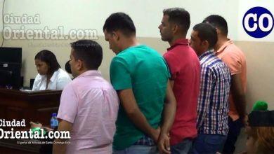 Los cinco imputados venezolanos al escuchar la sentencia.