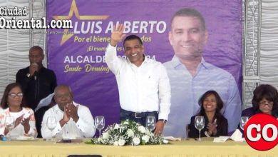 Luis Alberto Tejeda saluda a los pre candidatos a regidores que la acompañan