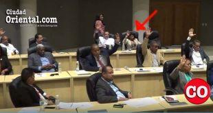 Giselina De los Santos, señalada por la flecha roja, vota por la multimillonaria transferencia presupuestaria