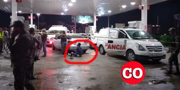 Sentado en el pavimento, el presunto asaltante que horas más tarde murió a manos de la Policía en un intento de fuga en el hospital Dr. Darío Contreras