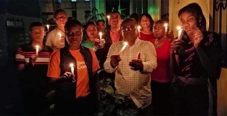 Miembros de la sociedad civil realizan una vigilia en Invivienda Santo Domingo