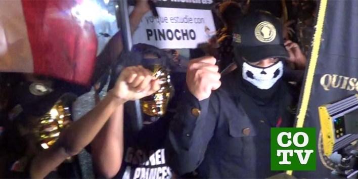 Un encapuchado miembro de un grupo ultranacionalista encabeza a manifestantes en la Plaza de la Bandera