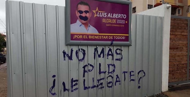Carteles publicitarios del candidato oficialista destruidos por desconocidos