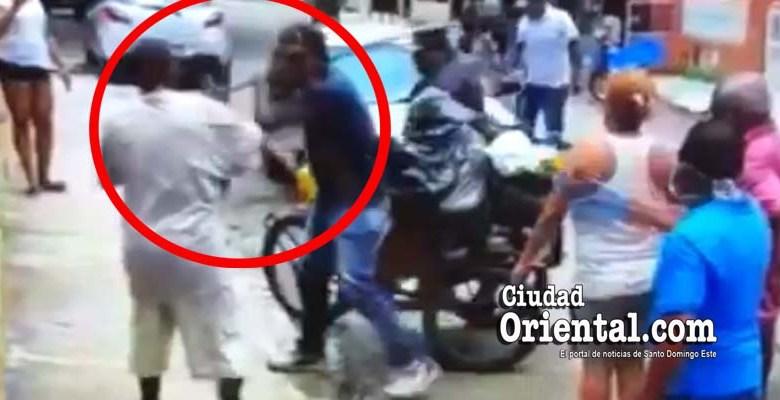 Un empleado del ASDE amenaza con golpear, con una barra de hierro, a un hobre con capacidades disminuidas