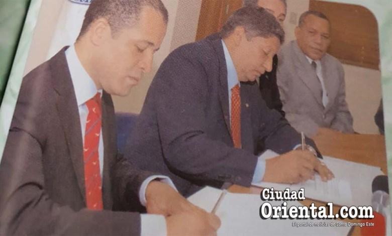 Juan De los Santos (i) y Roberto Reyna, entonces alcalde de SDE y rector de la UASD, respectivamente, firman convenio de colaboración ASDE-UASD, el 30 de Agosto de 2006